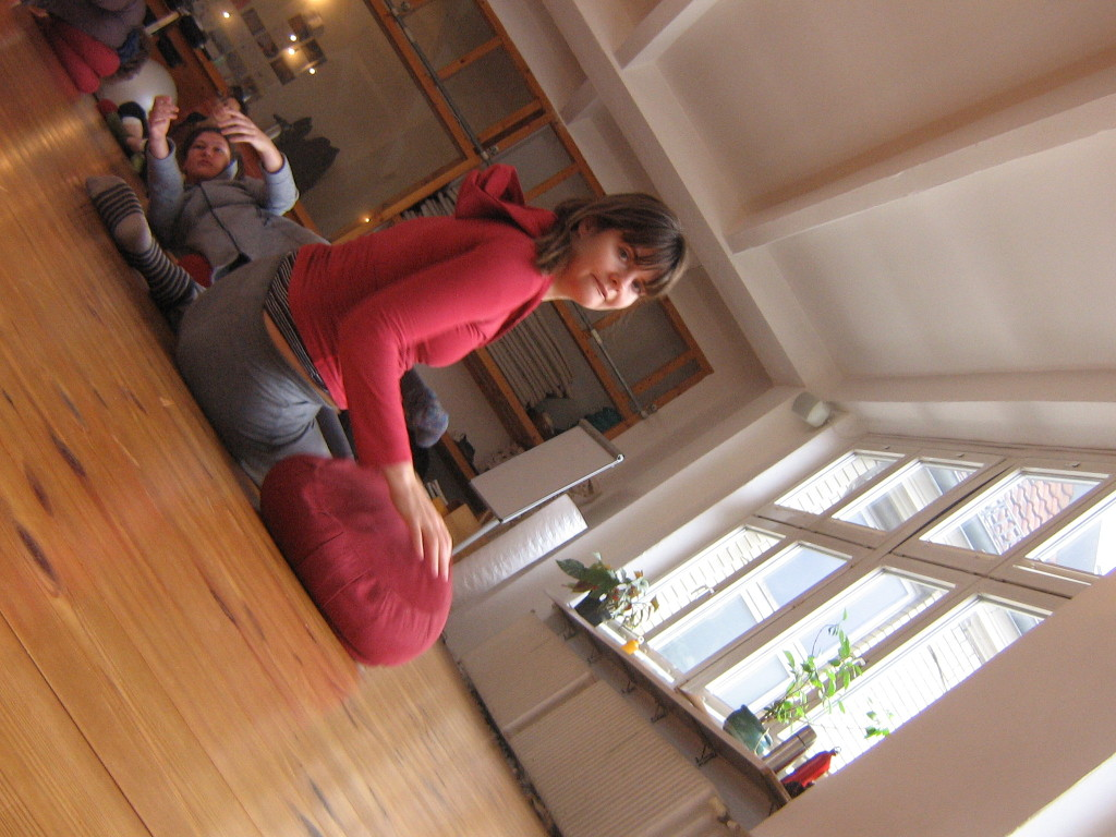 Working with cushions on the Grounding and Fragile Balances workshop, at the Somatische Akademie Berlin, January 2018